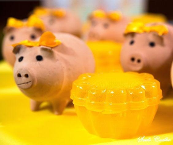 Festa Infantil - A Porquinha Manuela e o Girassol. Lembrancinhas das meninas, porquinhas cofre de argila natural e lancheira, porta treco girassol.