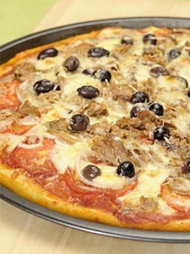poivre, champignon de Paris, tomate, oignon blanc, mozzarella, olives, sel, thon, pâte à pizza, coulis de tomate