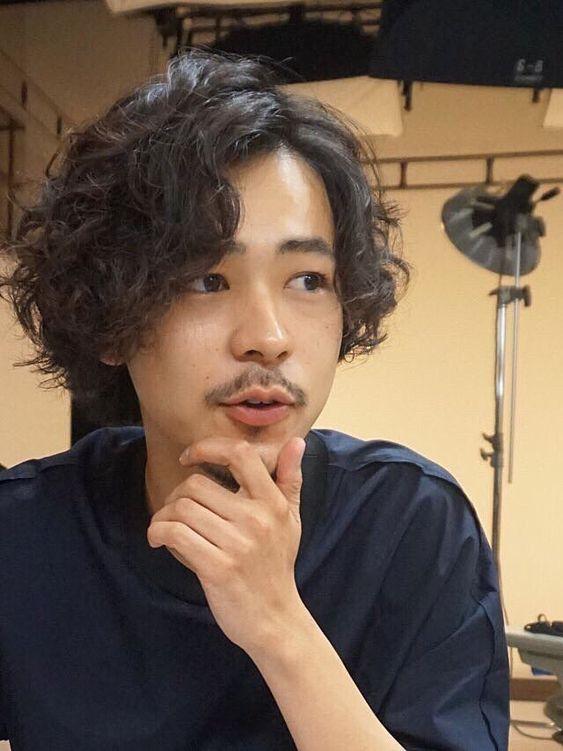 パーマヘアーの成田凌のかっこいい高画質画像