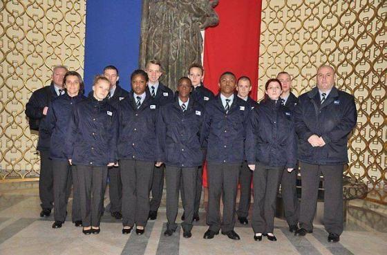 Jeunes et agents sont équipés de la même tenue ; seule la couleur du logo  Epide diffère.