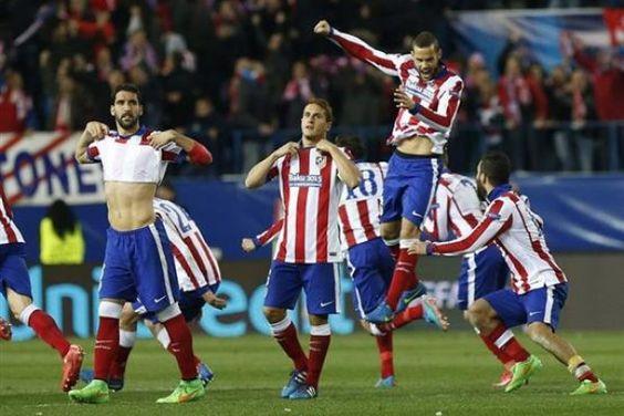 Los jugadores del Atlético de Madrid celebran la victoria ante el Bayer Leverkusen, al término del partido de vuelta de los octavos de final
