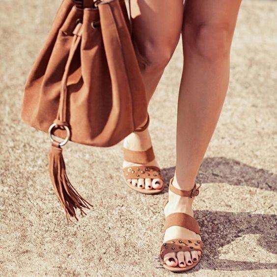 A temporada dos pezinhos de fora está quase chegando! Invista nas sandálias flat e fique confortável e cheia de estilo. Encontre no site: rasteirinha 540245869 #renner #camel #sapato