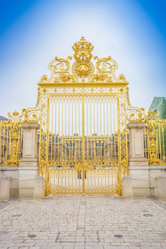 Golden gates to Palace of Versailles