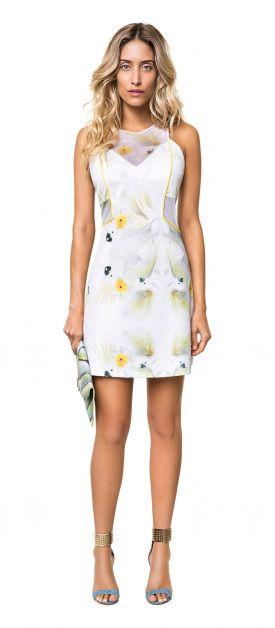 Vestido com estampa de flores e pássaros e sandália jeans