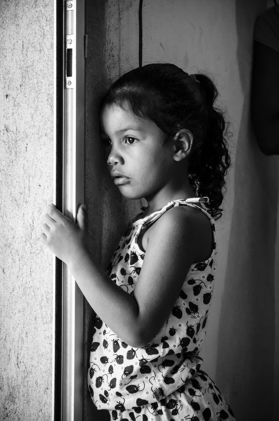 Foto registrada de uma menina em Viana/ES.  Aproveitei esse click em um momento enquanto esta menina estava sozinha pensativa.  Nikon D5100 (18-55)