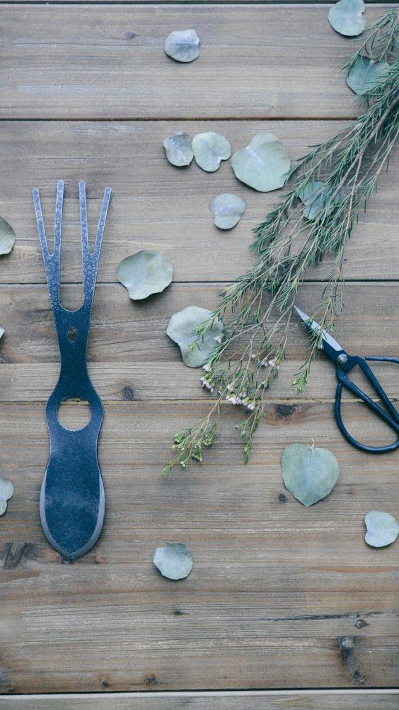 Mon coup de coeur pour cet outil de jardin le garden fetish de Bacsac. A la fois outil, objet de curiosité, permet de creuser, planter, griffer, ratisser