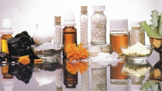 Homeopatia é uma prática médica alternativa na qual quantidades extremamente diluídas de determinadas substâncias naturais são utilizadas para tratar várias doenças.