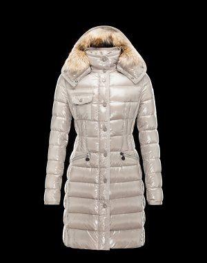 MONCLER HERMIFUR  Indispensable pendant les mois hivernaux, ce manteau doudoune signé Moncler brille par son élégance et sa modernité. Il vous suivra aussi bien en ville qu'à la montagne.Techno fabric / Turtleneck / Three pockets / Snap-buttons, zip / Drawstring waist / Feather down inner / Stitching / Logo / Fur applicationsComposition:100% Polyamid  €355, Jusqu'à -81%  Acheter maintenant: http://www.monclerfr.com/manteau-blanc-femme.html