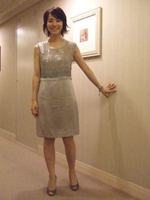 シルバーのドレスの石田ゆり子