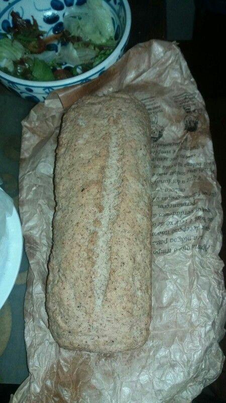 Eu que fiz. 2 medidas de trigo integral; 1 medida de trigo com farelos - usei farelo de côco; 2 tabletes de fermento fresco em agua morna (1 medida); 1/2 medida ou um pouquinho mais de óleo de côco, sal. Se precisar um pouquinho mais de água morna. Mexa, amasse até ter a consistência de massa de pão. Deixe descansar meia hora ou 40 minutos, coberto. Amasse de novo, deixe descansar mais 5 minutos. Ponha pra assar 250°. 30 ou 40 minutos ou um pouquinho mais. Adoro a casca dura dele.