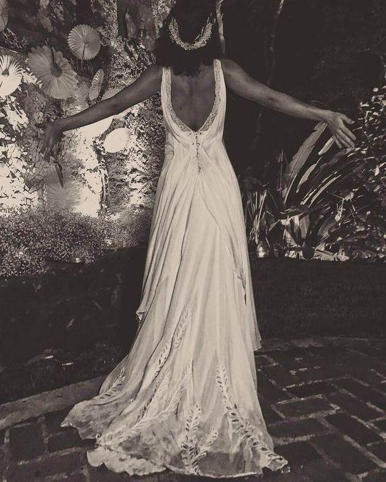 Vestido de noiva da atriz Débora Nascimento para casamento com José Loreto, assinado pela estilista Emannuelle Junqueira. Feito em fibra de algodão, tinha renda francesa e motivos bordados à mão, com decote em V na frente e um super decote nas costas. Lindo!: