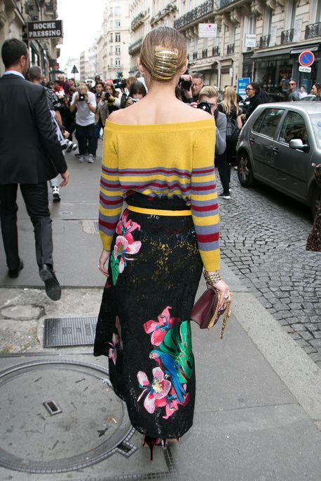 La chignon bas accessoirisé d'Olivia Palermo côté face