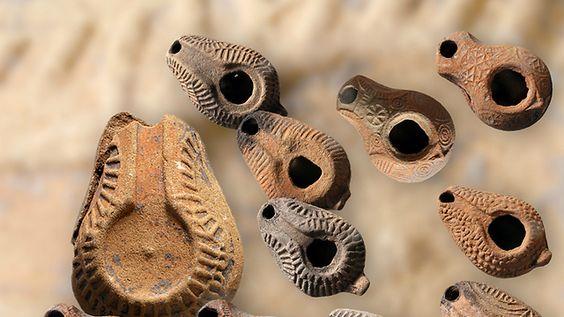 Israël Lampes à huile samaritaines400 pièces byzantines, 200 lampes à huile samaritaines et des bijoux en or dont une bague octogonale portant une inscription magique, ont été retrouvés dans une fosse à ordures datant de la période byzantine. Le trésor a été découvert au cours de fouilles menées par l'Institut d'archéologie de l'université de Tel-Aviv en collaboration avec l'Autorité des antiquités d'Israël, à une quinzaine de kilomètres au nord de Tel-Aviv, entre Kfar Shmaryaou et Rishpon…