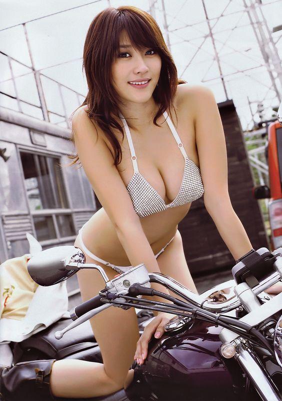 バイクにまたがる原幹恵