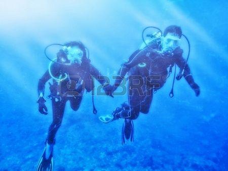 Pareja disfruta el buceo bajo el mar