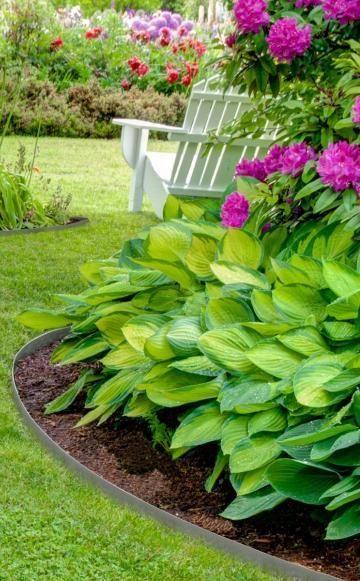 Eine Rasenkante braucht viel Pflege: Wenn man den Rasen nicht regelmäßig in seine Schranken verweist, erobert er schnell die angrenzenden Beete und macht den Stauden und Rosen Konkurrenz. Es gibt verschiedene Möglichkeiten, das zu verhindern.