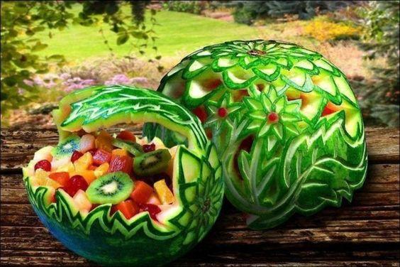 exotischesobst dekoration - zwei wassermelonen,voll mit obst