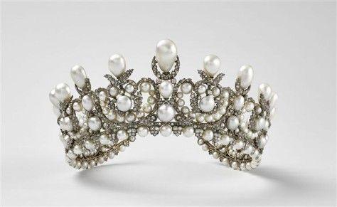 Sur son portrait officiel peint par Winterhalter, l'impératrice Eugénie porte ce diadème, et la couronnette assortie, créés par Alexandre-Gabriel Lemonnier. Ce diadème est composé de 212 perles et de 1,998 diamants de taille ancienne, montés sur argent doublé d'or. Les Diamants de la Couronne de France.