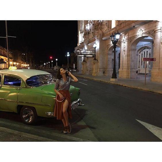 Bruna Marquezine usa saia com megafenda em ensaio em Cuba