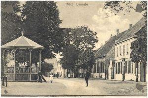 """Leende – Een prachtige prentbriefkaart van het marktplein. De foto is rond 1915 genomen. Van 1918 tot en met 1921 speelde het plein de hoofdrol  in de zogenaamde """"marktplaatskwestie"""".  Het plein was eigendom van de kerk, maar werd door de Leendenaren gebruikt.Klik op de foto voor het hele verhaal!"""