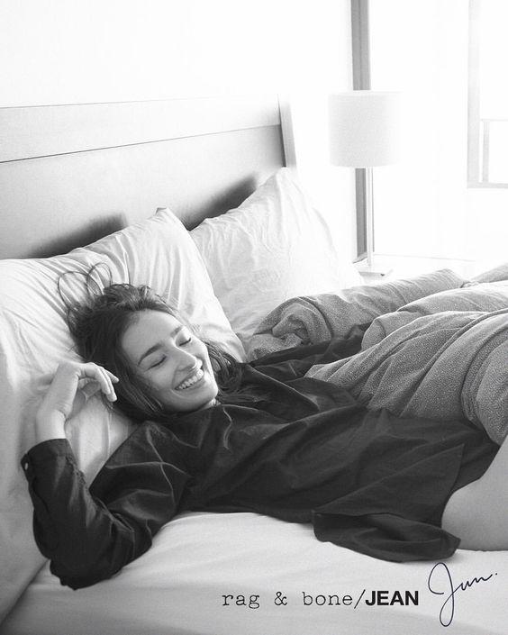 ベッドに潜るモノクロ画像の長谷川潤
