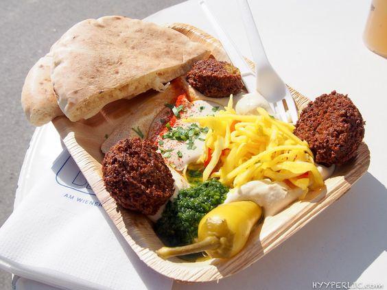 TLV Beach Teller mit Hummus mit Tahina, Falafel, eingelegtes Gemüse und Pita Brot
