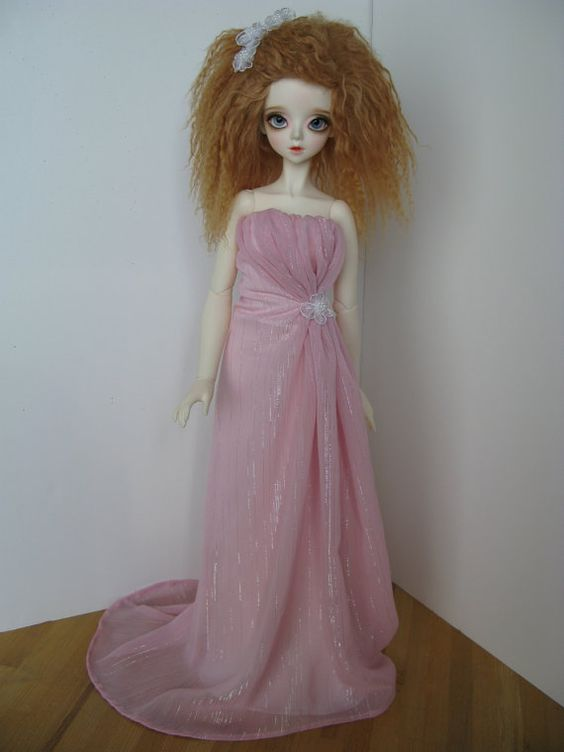 Jen (of Jennygrey Designs) made my doll a dress similar to this for my birthday. I absolutely ADORE it. She does commissions for many sizes of dolls, in addition to this lovely Peak's Woods Yulli, including FR, Barbie, Tonner, and Ellowyne.