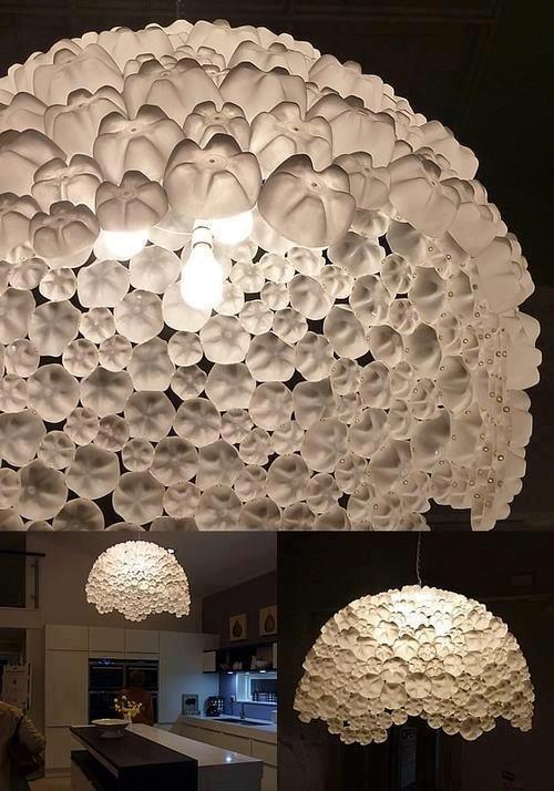 Grande luminária feita com fundos de garrafas pet