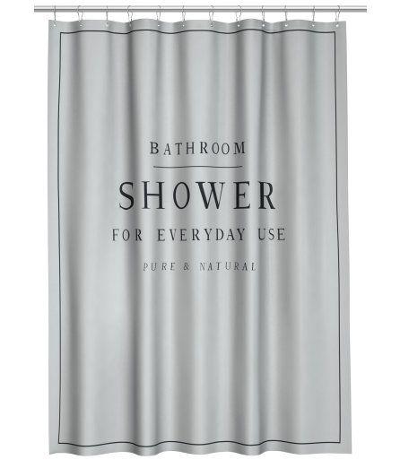 ¡Echa un vistazo! Cortina de ducha en poliéster repelente al agua con motivo de texto. Ojales de metal en la parte superior. Las anillas se venden por separado. – Visita hm.com para ver más.