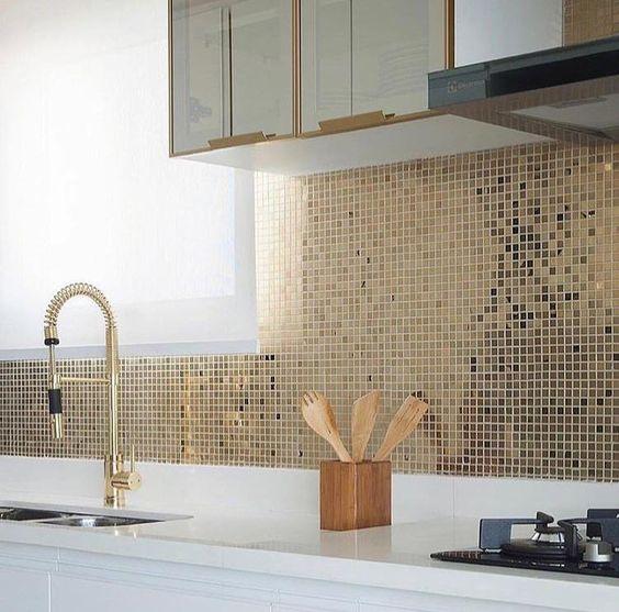 Imaginou uma cozinha luxuosa? A Etos pode te auxiliar! Inspiração com pastilha adesiva em inox dourada. Projeto: Monise Rosa. Cozinha com Pastilha dourada
