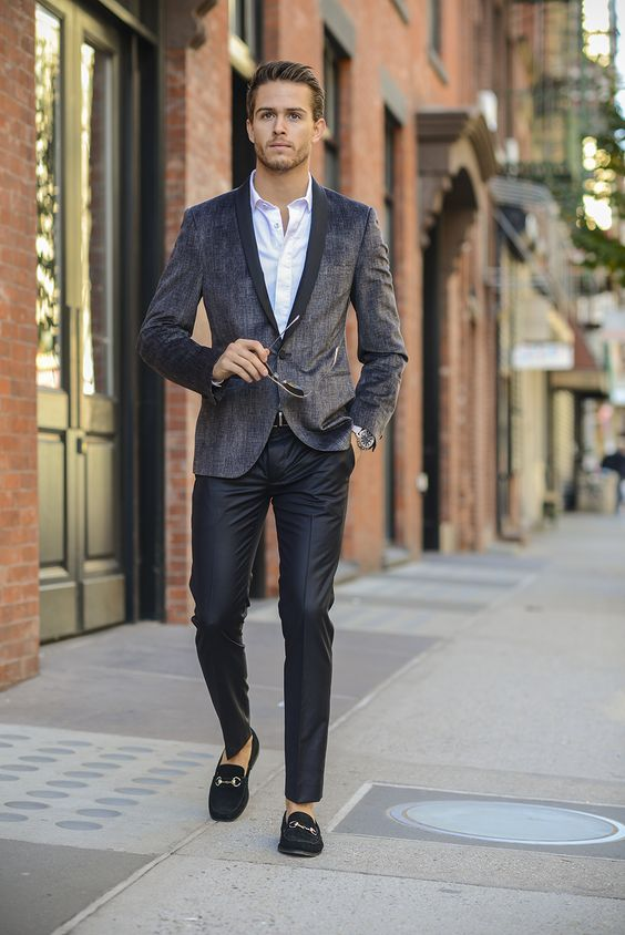 Style vestimentaire homme, séducteur, pantalon cuir noir, chemise blanche ouverte