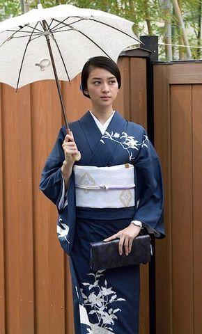 ブルーの着物を着ている武井咲