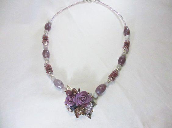 長さ 約 45 cmトップにバラの花をあしらったブーケネック部分を天然石レピトライトで装飾しましたホリューム感のあるネックレスです接着剤などでの補強はしていま...|ハンドメイド、手作り、手仕事品の通販・販売・購入ならCreema。
