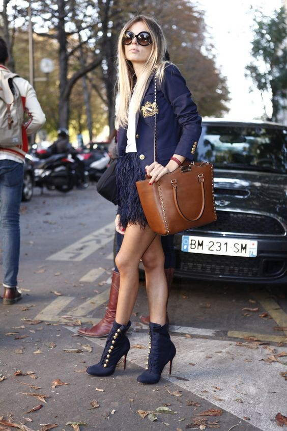 El look preppy reinventado desde la perspectiva de los 70´s. Fotos street style Paris Fashion Week