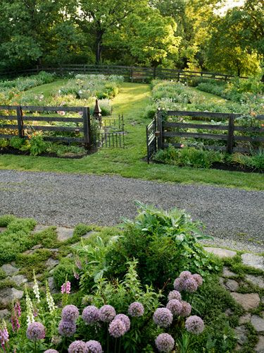 A sprawling kentucky retreat gardens vegetable garden for Garden fence features