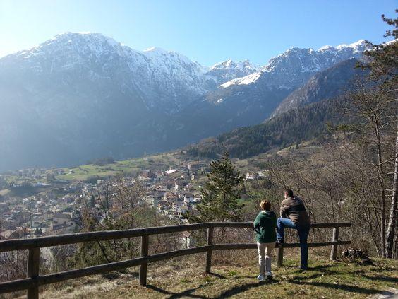 Vista sul borgo di #SanLorenzo dal Colle Beo #visitacomano #passeggiare #nordicwalking #trentinowow