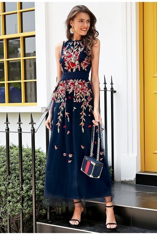 Elegantes Abendkleid in Blau mit wunderschönen Rosen Bestick