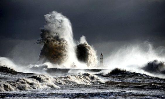 Augenblick: Sturm peitscht die See bei Seaham in England auf - SPIEGEL ONLINE