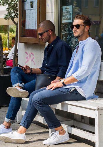 【春】青バンドカラーシャツ×紺パンツ・白スニーカーの着こなし(メンズ) | Italy Web