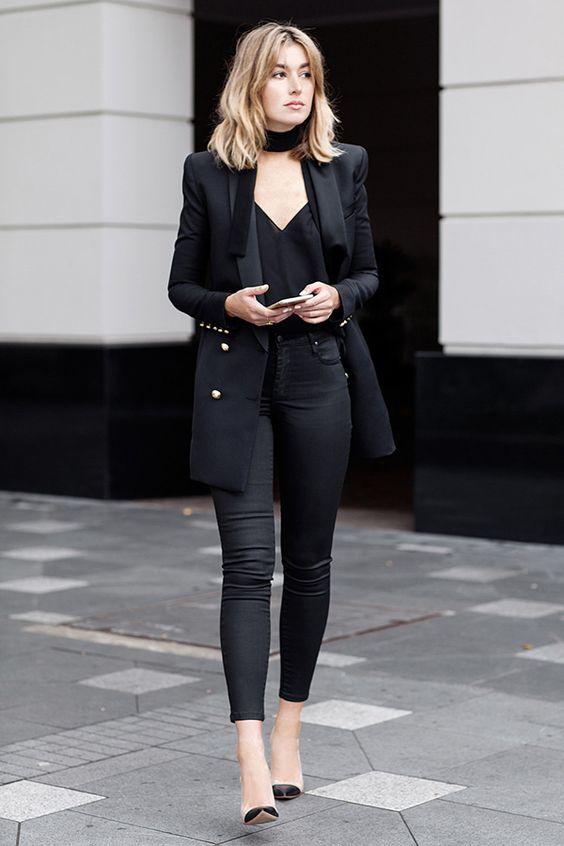 Look todo preto com um detalhe da skinny scarf