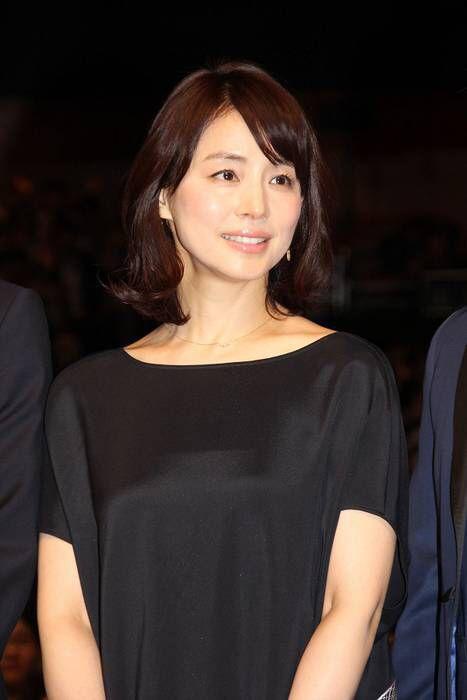 黒いワンピースの石田ゆり子