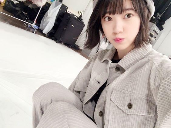 灰色な服の堀未央奈