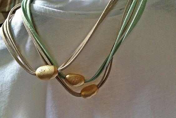 Collar corto, realizado con antelinas de distintos tonos y piedra  irregular acabado oro mate. Para más información o venta, contactar: cc_carrera@yahoo.es
