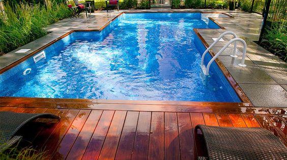Am nagement paysager contemporain d 39 une cours arri re avec piscine creus e et terrasse en - Amenagement paysager autour d une terrasse ...