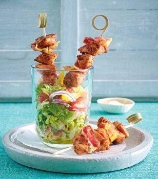 Tandoori-Spieße auf Salat
