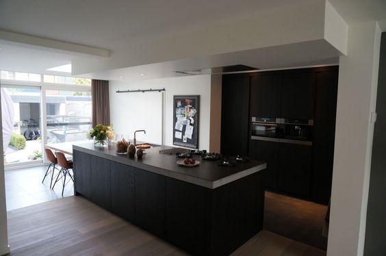 Een mooie landelijke keuken met een modern jasje. Een zwart eiken ...