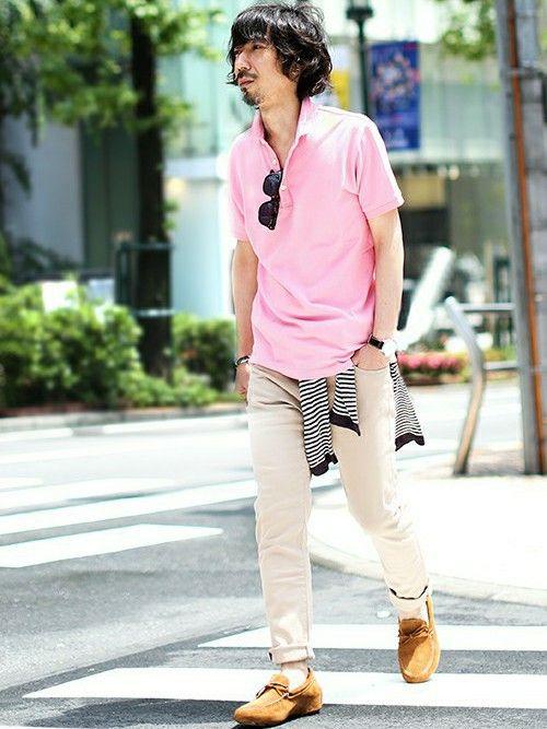 【nano・universe】 ピンクのポロシャツにベージュのパンツの優しいトーンの組み合わせ。濃いめのトーンのカーディガンを腰巻してメリハリをつけています。軽い着心地のカーディガンは、夏場でも羽織り物として重宝します。 http://zozo.jp/coordinate/?cdid=945308