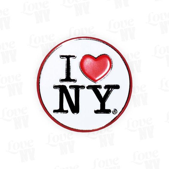 Trage New York stets auf der Brust, mit diesem schönen I LOVE NY Pin. Die runde Anstecknadel besticht durch die klassischen Farben Weiss, Schwarz und Rot und ist zu jedem Anlass ein echter Hingucker. Original I LOVE NY® Lizenzprodukt.