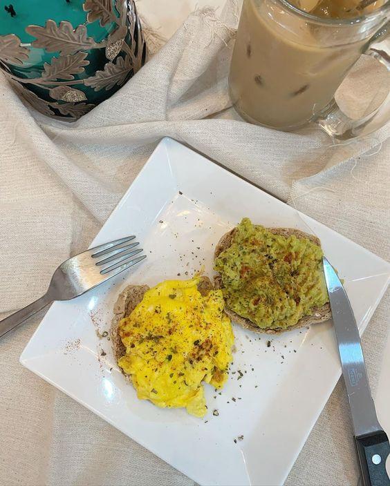 | Brunch/Dinner 09.07.20 Tối nay tiff ăn 2 lát bánh mì bánh mì đen + bơ & trứng và uống một ly sữa hạnh nhân không đường với 1 shot cafe đen 😜 #healthy #stayathome #diet #dietwithtiff #dietfood #dinner
