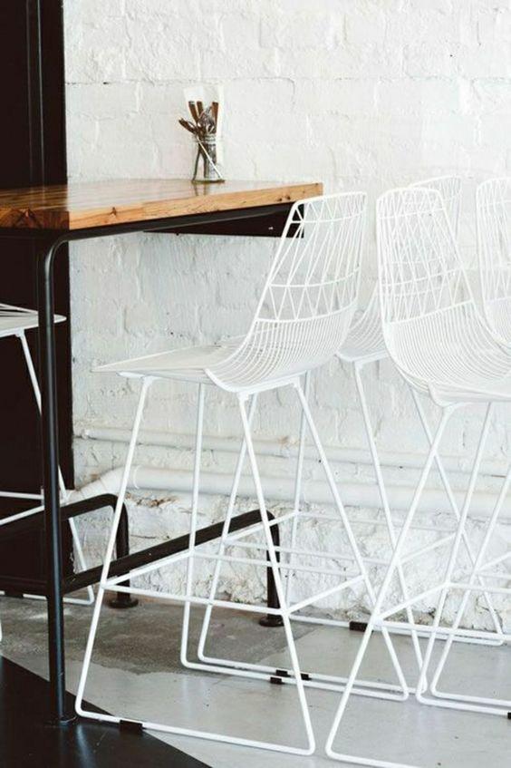 mur blanc de briques, chaise en fer blanc, table haute de cuisine en bois, table salle a manger: